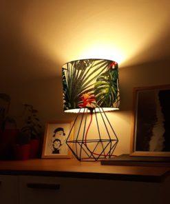 Lampa z abażurem w liscie