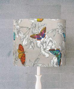abażur szary w motyle