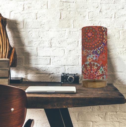 lampa stołowa czerwona z abażurem w kształcie walca