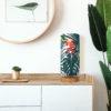 Lampa stołowa drewniana z abażurem we wzór tropikalny