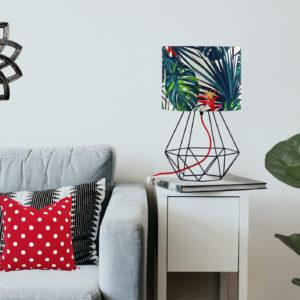 lampa stołowa z metalową podstawą i abażurem we wzór tropikalny