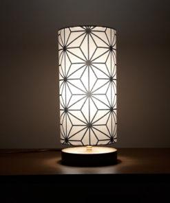 oryginalna lampa dekoracyjna z drewnianą podstawą i abażurem