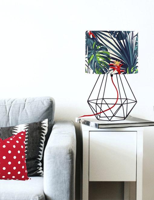 lampa stołowa z metalową podstawą i wzorzystym abażurem