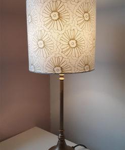 abazur do lampy nocnej stołowej złote kwiaty na białym tle kształt walca