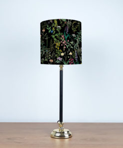 lampa z czarną metalową podstawą i abażurem