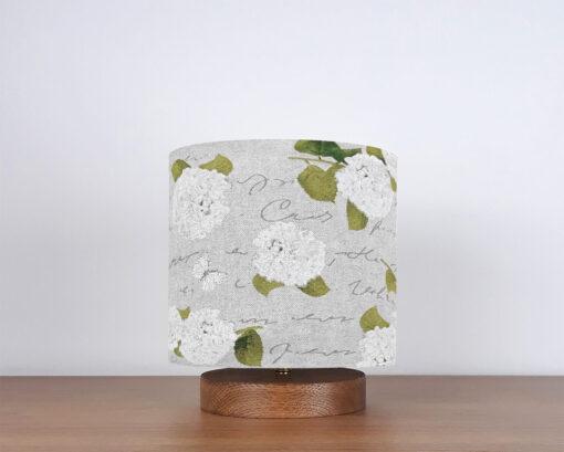 lampa stołowa nocna w stylu rustykalnym z abażurem we wzór hortensji