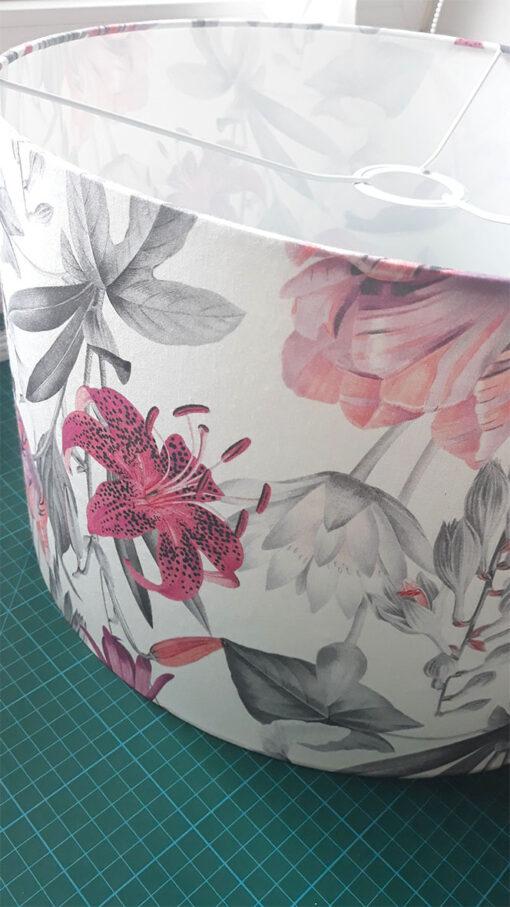 abażur biały w różowe kwiaty do lampy podłogowej z materiału kształt cylindra