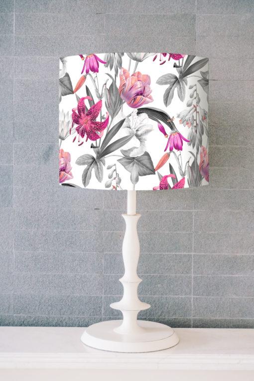 abażur biały na lampe stołową w różowe kwiaty
