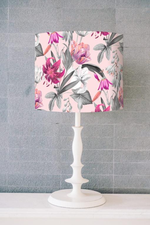 abażur różowy na lampę stołową w kwiaty