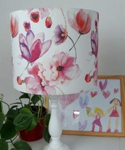 abażur w różowe kwiaty na białym tle na lampę stołową