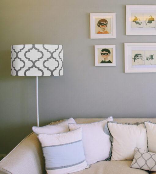 abażur na lampę szare maroko na białym tle kształt cylindra