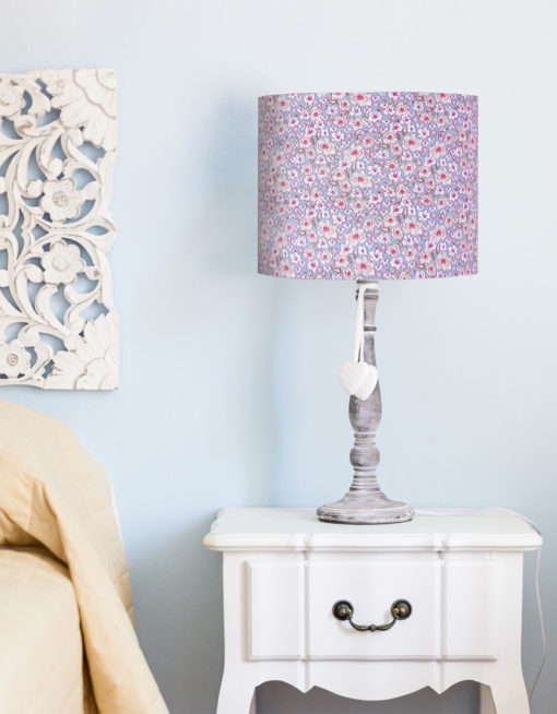 abażur niebieski na lampę stołową w kwiaty