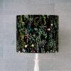abażur czarny w kwiaty na lampę stołową